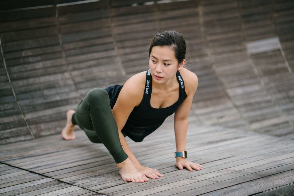 柔軟体操を続ける女性